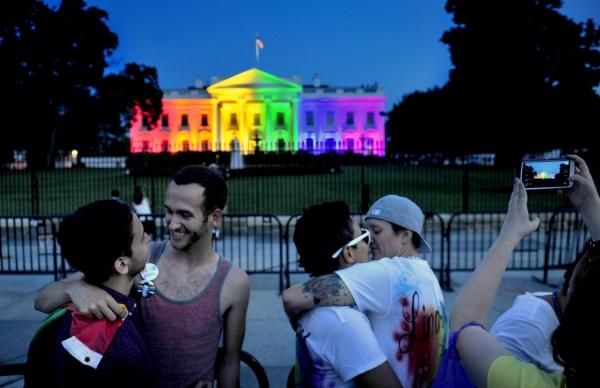 2015년 6월 美연방대법원이 동성결혼 합법화를 선언하자, 백악관은 성소수자(LGBT)를 상징하는 무지개색 조명으로 물들었다. 그 앞에서 환호하고 있는 동성애자들. ⓒ 케이아메리칸포스트
