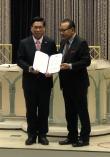 이영훈 목사(왼쪽)가 선관위원장 길자연 목사로부터 대표회장 당선증을 받고 있다.