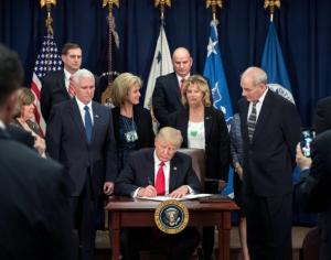 행정명령에 서명하고 있는 트럼프 미국 대통령