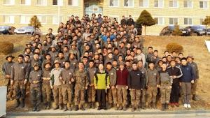 박춘근 목사(사진 가운데)가 군장병들과 함께 찍은 사진.