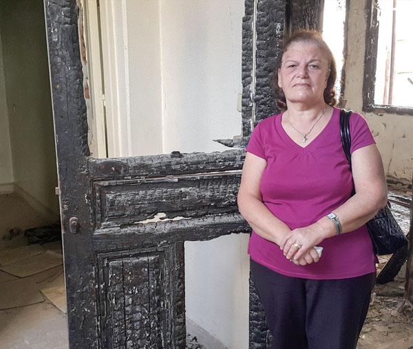 불탄 자신의 집 앞에 선 시리아 그리스도인.