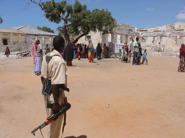 소말리아 거리의 무장군인