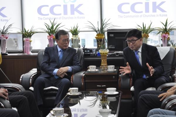 문재인 전 대표(왼쪽)와 정서영 한교연 대표회장이 환담을 나누고 있다.