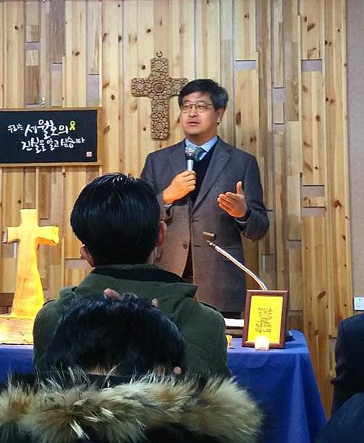 실천신대 조성돈 교수가 세월호 유가족들과 드리는 예배에서 설교하고 있다.