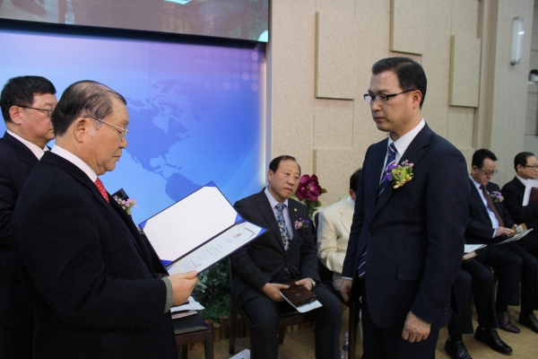 세계성령중앙협의회 제29대 대표회장 이수형 목사가 취임장을 전달받고 있다.