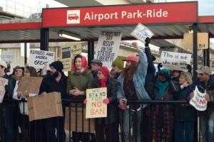 공항에서 시위 중인 행정명령 반대자들의 모습.