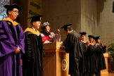 (사진3)장순흥 한동대 총장이 졸업생의 학사모 수술을 오른쪽에서 왼쪽으로 옮겨주고 있다
