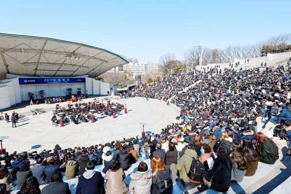 지난 24일 오전 11시 연세대학교 노천극장에서는 2017년 입학식이 열렸다.