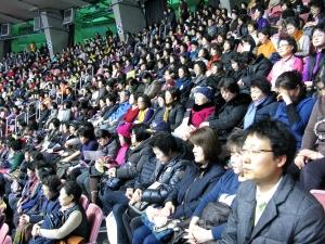 """6일 잠실실내체육관에 모인 한국교회 성도들이 """"잘못했습니다"""" 주제를 갖고 '한국교회 대각성 기도회'를 함께 했다."""