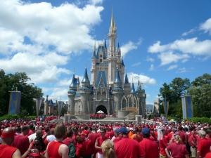 월트 디즈니 월드 게이의 날 신데렐라 성 앞에