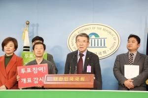 이만열 박사(공명선거시민네트워크 고문, 숙명여대 명예교수, 사진 가운데)가 기자회견에서 발언하고 있다.