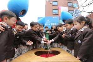 [사진제공=월드비전] 세계 물의 날을 맞아 식수 펌프를 체험하는 아이들