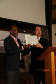 사랑의교회 오정현 목사(오른쪽)가 에티오피아 현지에서 기독교인들에게 성서를 기증하고 있다.