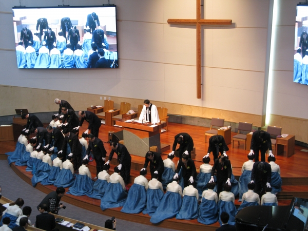 26일 열린 새노래명성교회 임직예식에서 권사 92명이 안수기도를 받고 있다.
