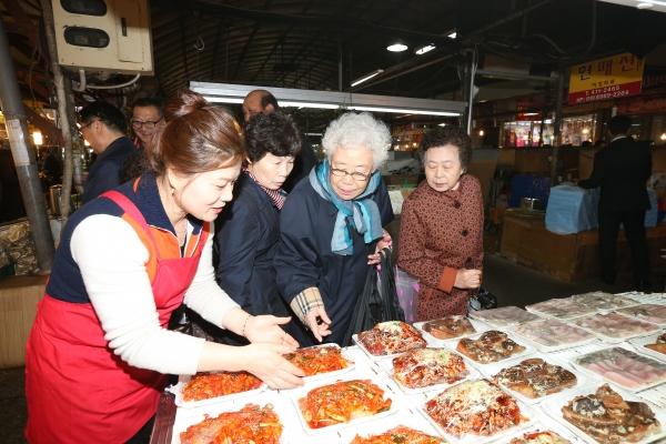 여의도순복음교회(담임 이영훈 목사) 성도들이 5일 오전 '제12회 안산희망나눔프로젝트'를 안산시 보성재래시장에서 진행했다.