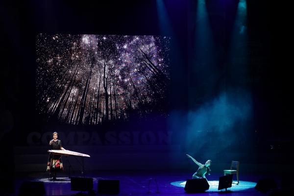 4/1(토) 열린 2017 컴패션밴드 콘서트 '좋아요'에서 가야금을 켜며 노래하는 연주자 주보라와 무용가 장혜림의 공연이 진행되고 있다.