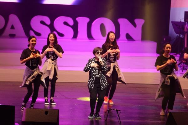 4/1(토) 열린 2017 컴패션밴드 콘서트 '좋아요'에서 컴패션밴드 멤버 송은이 후원자가 자신의 무대를 선보이고 있다.