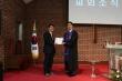 02_기린대교회에 장기기증서약예배 기념현판을 전달하는 모습