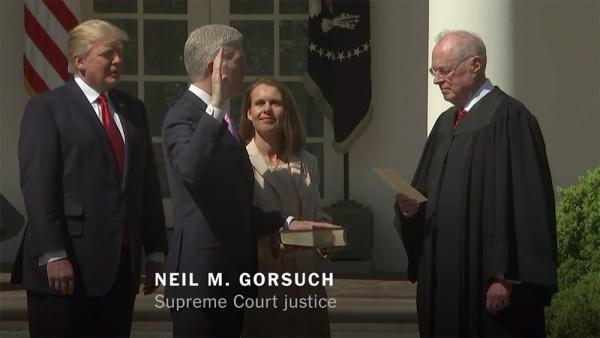 닐 고서치 신임 연방 대법관이 취임선서를 하고 있다.