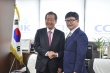 홍준표 자유한국당 대통령 후보(왼쪽)가 정서영 한교얀 대표회장과 악수를 나누고 있다.