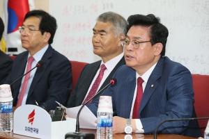 정우택 자유한국당 대표권한대행 겸 원내대표