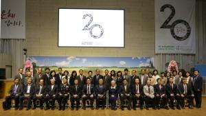 4. 밀알학교 20주년 기념식에서 참석 내빈들이 기념사진을 촬영하고 있다