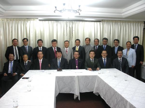 한국교회 교단장들과 총무들이 5월 교단장회의를 마치고 기념촬영에 임했다.