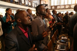에티오피아 교회에서 뜨겁게 찬양하고 있는 성도들의 모습. 예배