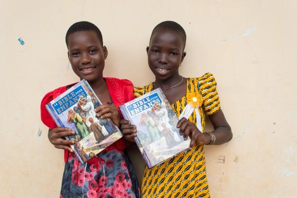 토고의 어린이들이 성서공회로부터 제공받은 성경을 들어 보이고 있다.