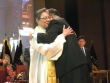 예성 직전총회장 이동석 목사(오른쪽)가 신임총회장 김원교 목사에게 가운을 입혀주고 포옹하고 있다.