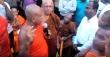 스리랑카의 성난 불교도들이 기독교 목회자를 앞에 두고 공격하고 있다.