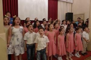 한국과 터키, 시리아 어린이들이 한데 모여 합창하고 있다.