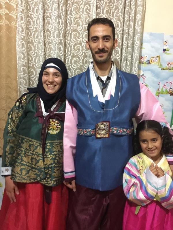 한복을 입은 시리아 가족의 모습.