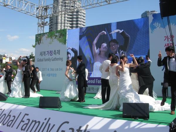 행사 중에는 진실되고 거룩한 결혼을 소재로 한 퍼포먼스도 이어졌다. 동성애
