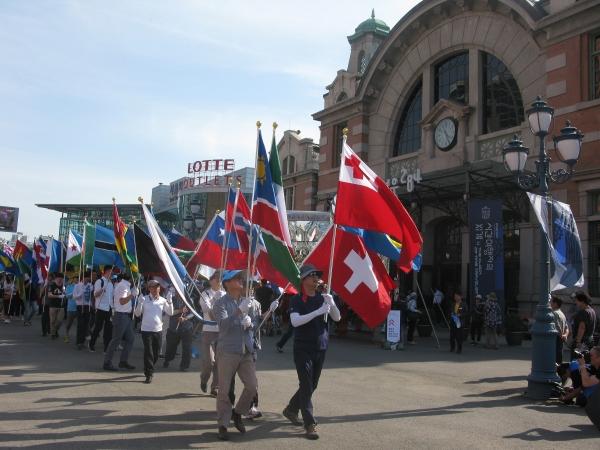 세계가정축제가 3일 오후 서울역 광장에서 열린 가운데, 행사의 백미인 퍼레이드가 서울역 광장을 시작으로 숭례문을 거쳐 서울시청 한 바퀴를 돌고 돌아오는 일정으로 진행됐다.동성애