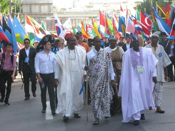 세계가정축제에 참석한 해외 지도자들도 퍼레이드에 함께 하기 위해 전통 의상을 입고 진행하고 있다. 동성애