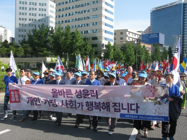 세계가정축제가 3일 오후 서울역 광장에서 열린 가운데, 행사의 백미인 퍼레이드가 서울역 광장을 시작으로 숭례문을 거쳐 서울시청 한 바퀴를 돌고 돌아오는 일정으로 진행됐다. 동성애