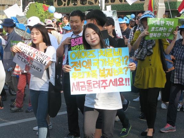 세계가정축제가 3일 오후 서울역 광장에서 열린 가운데, 행사의 백미인 퍼레이드가 서울역 광장을 시작으로 숭례문을 거쳐 서울시청 한 바퀴를 돌고 돌아오는 일정으로 진행됐다. 동성애 에이즈 동성결혼