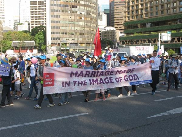 세계가정축제가 3일 오후 서울역 광장에서 열린 가운데, 행사의 백미인 퍼레이드가 서울역 광장을 시작으로 숭례문을 거쳐 서울시청 한 바퀴를 돌고 돌아오는 일정으로 진행됐다.동성애 동성결혼
