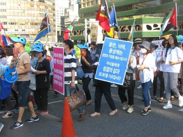 세계가정축제가 3일 오후 서울역 광장에서 열린 가운데, 행사의 백미인 퍼레이드가 서울역 광장을 시작으로 숭례문을 거쳐 서울시청 한 바퀴를 돌고 돌아오는 일정으로 진행됐다.동성애동성결혼