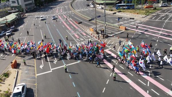 서울역 광장에서 시청 앞 광장까지 이동하기 위해 행진하고 있는 세계가정축제 참석자들의 모습. ©박용국 기자