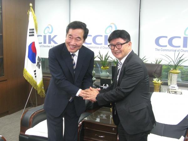 7일 낮 한국교회연합을 방문한 이낙연 총리(왼쪽)가 대표회장 정서영 목사와 악수하고 있다.