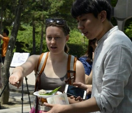 외국인 학생도 '제27회 6.25 음식먹기 국민운동'을 통해 어려웠던 시절 그 때 그 음식을 맛봤다.
