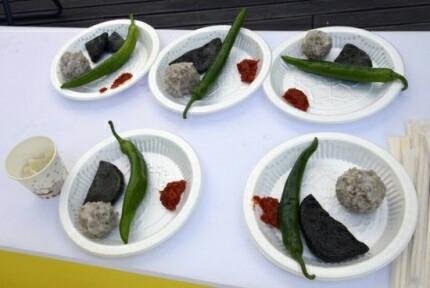 우리 조상들이 6.25 때 먹었던 꽁보리 주먹밥, 쑥개떡, 수제비, 풋고추, 된장 등.