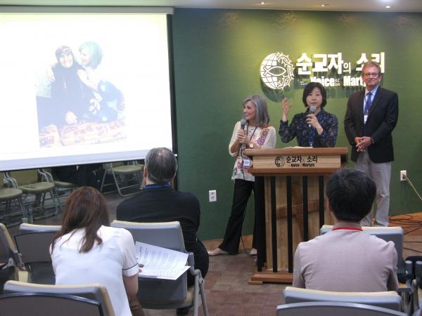 톰 도일 목사(맨 오른쪽)와 그의 아내 조안(맨 왼쪽)이 함께 중동에서 개종한 사례들을 소개하며 은혜를 나누고 있다.