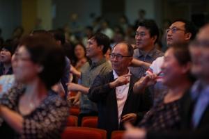 참석자들도 함께 찬양과 율동을 따라하며 하나님께 영광을 돌렸다.