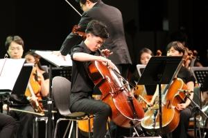 지적장애 첼리스트 차지우가 제14회 밀알콘서트에서 연주를 펼치고 있다