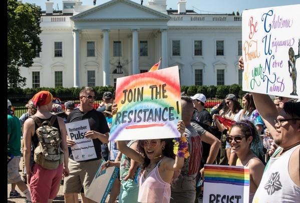 지난 11일 백악관 앞을 지나가는 LGBTQ 퍼레이트 참가자들