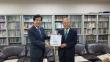 아현장로교회에 장기기증서약예배 기념현판을 전달하는 모습