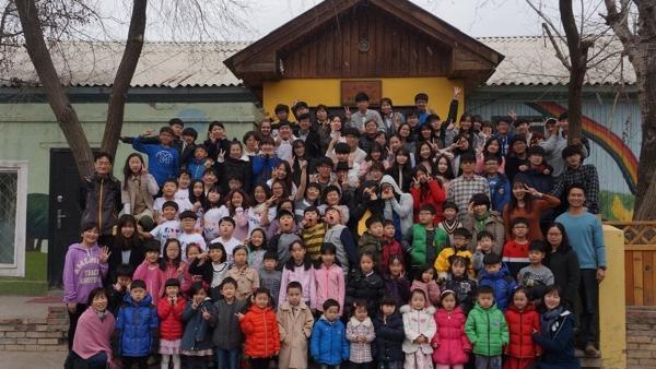 울란바토르 MK 스쿨 교사와 학생들이 학교 앞에서 단체 사진을 찍고 있다.